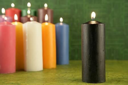 Poderoso ritual con una vela negra y otra blanca para - Trabajo para limpiar casas ...